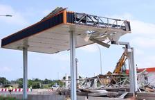 Desmantelan las marquesinas de los peajes del AP-7 en l'Aldea