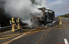 Crema un camió que transportava cosmètics a Barberà de la Conca