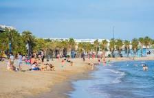 Grups de famílies se salten la prohibició de bany i de prendre el sol a la platja de Ponent de Salou