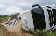 Bolca un camió ple de pinso a Sarral