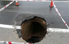 Un esvoranc a la carretera TV-3403 obliga a donar pas alternatiu per accedir i sortir de Sant Jaume d'Enveja