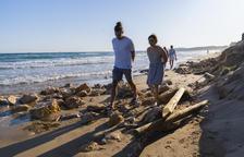 La pluja provoca el despreniment de roques d'un mur de la platja Llarga