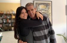 Clàudia Pérez en una imagen con su padre.