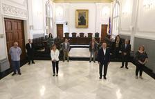 El alcalde de Reus, Carles Pellicer, con los portavoces de todos los grupos municipales y representantes de agentes sociales y económicos, en la presentación de un plan para reactivar la economía de la ciudad.