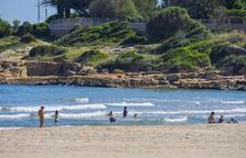 La platja de l'Arrabassada, lloc de trobada de banyistes tot i la prohibició
