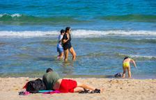 Sanitat i les comunitats autònomes revisaran la llei que obliga a portar mascareta a la platja