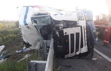 Un camió bolca a l'AP-7 a Vila-seca i el conductor resulta ferit lleu