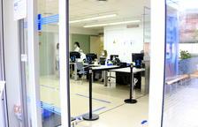 Entrada des de l'exterior al CAP Verdaguer, de Sant Joan Despí; a dins, professionals sanitaris.