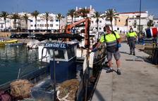 Un operari d'Alcanar desinfectant una de les embarcacions del port de les Cases d'Alcanar