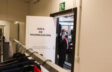 El director del centro de Tarragona de El Corte Inglés, Valentí Muñoz, muestra una sala destinada a la higienización de prendas de ropa.