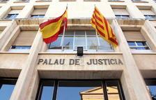 Plano contrapicado de la fachada de entrada en la Audiencia de Tarragona.