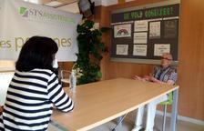 Elisenda Villalta conversando con su abuela, Carmen Carbonell, en la residencia STS Misericordia de Reus.