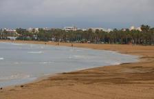 Els núvols i la pluja frenen l'afluència de banyistes a les platges de la Costa Daurada