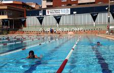 Dos mujeres nadando en la piscina exterior de 50 metros del Club Natación Reus Ploms.