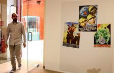 Pla general del coordinador tècnic del Comebe, David Tormo, entrant a l'exposició sobre les Brigades Internacionals al Museu de les Terres de l'Ebre.