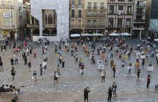 Un centenar de personas «recuperan la calle» con mascarilla y distancia