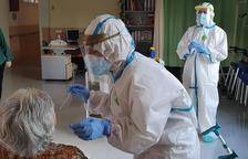 Un personal sanitario extrayendo muestras de PCR en una usuaria de una residencia