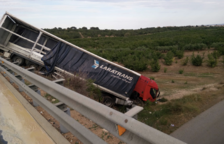 Un camión cae por un terraplén en la N-340 a su paso por Torredembarra