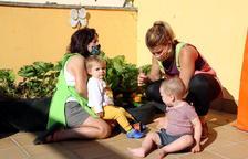 Algunos niños vuelven al jardín de infancia donde las educadoras se esfuerzan en mantenerlos distanciados