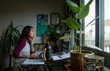 Nou de cada 10 persones titulades treballa i més de la meitat té contracte indefinit i cobra més de 2.000 euros