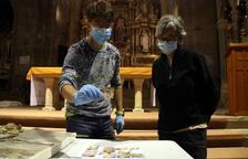 Encuentran naipes del siglo XVI dentro de la caja del reloj del monasterio de Santes Creus