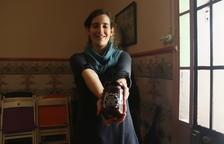 Una joven de Bràfim elabora crema, alioli, vinagre y bombones con algarroba del territorio