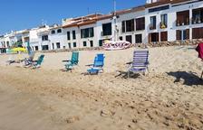 Els informadors retiraran els estris per 'reservar' espai a la platja d'Altafulla
