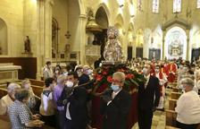 Un dels moments de la professó per l'interior de la Prioral.