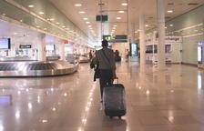 Un viajero caminando con maletas en la zona de llegadas de la T1 en el aeropuerto del Prat el 19 de junio del 2020.