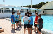 Alguns dels nens que participen en un campus d'estiu municipal i que ahir van banyar-se al Ploms.