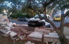 Un vehículo se desenfrena y choca contra un muro en Torredembarra