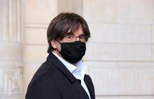 El expresidente Carles Puigdemont que acompaña al exconseller Lluís Puig a su llegada al Palacio de Justicia de Bruselas.