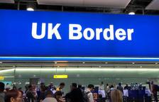 Un cartel de la frontera del Reino Unido, en una imagen de archivo del aeropuerto de Heathrow, en Londres.