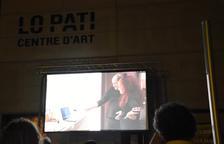 Pla general de la pantalla de projecció en l'obertura de MónFilmat amb 'Paradís Pintat', a Lo Pati d'Amposta.