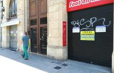 Dos establiments tancats en el tram de la Rambla Nova entre els carrers Sant Francesc i Assalt.