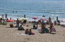 Banyistes a la platja de l'Arrabassada.