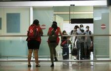 Turistas saliendo de la zona de llegadas de la terminal 1 del aeropuerto de Barcelona-El Prat.