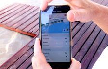 Detalle de un teléfono móvil con el app sobre información de las playas del Vendrell.