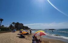 Cunit prohibeix instal·lar para-sols en grup, carpes i taules a les platges