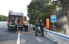 Efectivos de los Bomberos y de los Agentes Rurales trabajando en la extinción del incendio que ha quemado al AP-7 en Roda de Berà en sentido Castellón