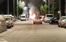 Quema un vehículo delante de la comisaría de los Mossos en Tarragona
