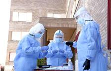 El equipo de muestras de Atención Primaria de Lérida preparándose para hacer pruebas PCR en una residencia.