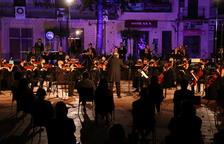 Plano general de los músicos que han actuado en el concierto de homenaje a Pau Casals en la plaza Nova del Vendrell.