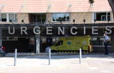 L'entrada de l'edifici d'Urgències de l'Hospital Arnau de Vilanova de Lleida en el moment de l'arribada d'una ambulància