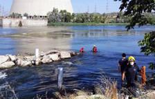 Rescatan a unos piragüistas con problemas en Ascó