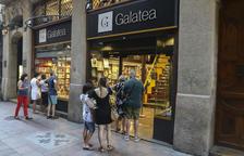 El Sant Jordi d'estiu a Reus es queda dins de les llibreries i floristeries