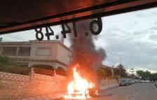 Crema completament un vehicle a Creixell