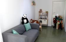 Un espai de recepció amb sofà, peluixos i joguines a la nova unitat integrada d'atenció a infants i adolescents víctimes d'abusos sexuals (Barnahus) de Tarragona.