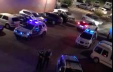 En la imatge captada després de les 10 de la nit del dimecres es veuen diverses patrulles policials.