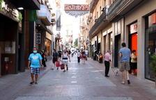 Pla general de diverses persones amb bosses de compra al carrer Monterols de Reus.